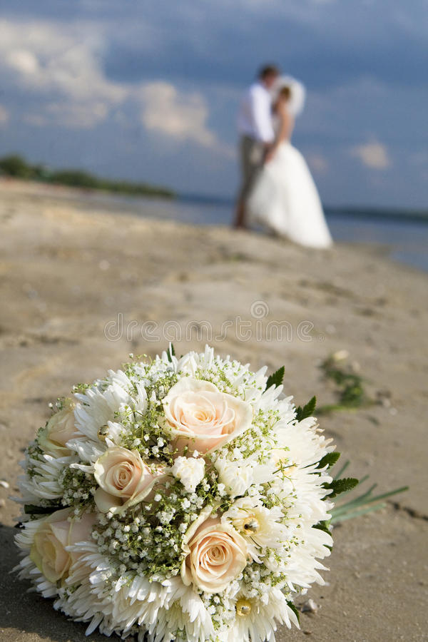Ramo de la boda de rosas en la playa imagen de archivo