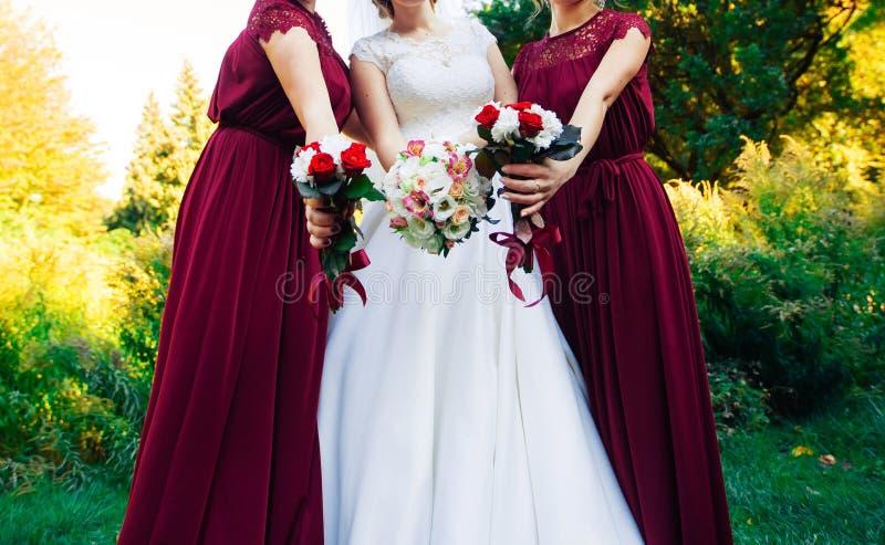 Ramo de la boda de una novia y de una dama de honor dos imagen de archivo