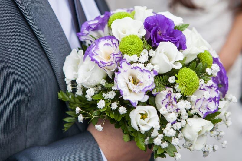 Ramo de la boda del control del novio en su mano fotos de archivo