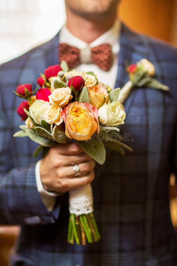 Ramo de la boda del control del novio en su mano Primer fotografía de archivo libre de regalías