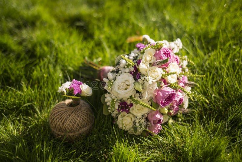 Ramo de la boda en la hierba imagen de archivo