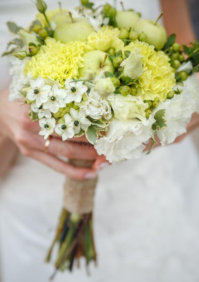 Ramo de la boda en las manos de la novia fotografía de archivo libre de regalías