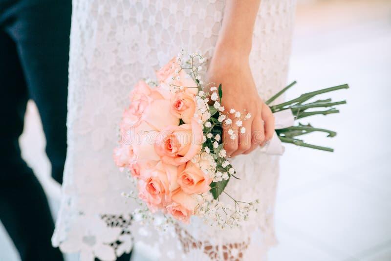 Ramo de la boda en las manos de la novia foto de archivo