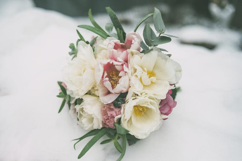 Ramo de la boda en la nieve foto de archivo