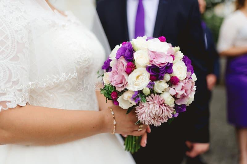 Ramo de la boda en tonos púrpuras foto de archivo