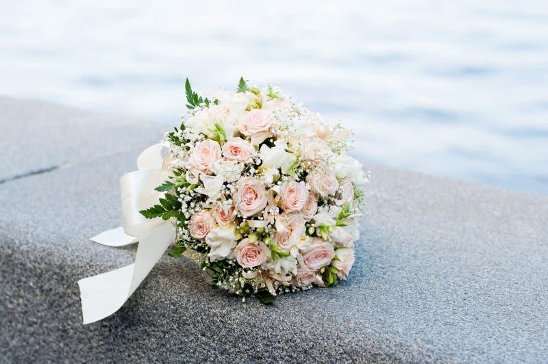 Ramo de la boda. Flores blancas y rosadas. Matrimonio fotografía de archivo libre de regalías