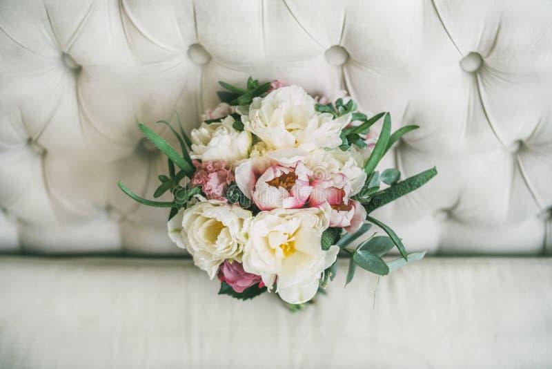 Ramo de la boda de flores en el sofá fotos de archivo libres de regalías