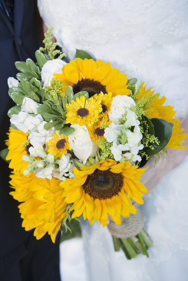 Ramo de la boda de flores en manos de las novias fotos de archivo libres de regalías