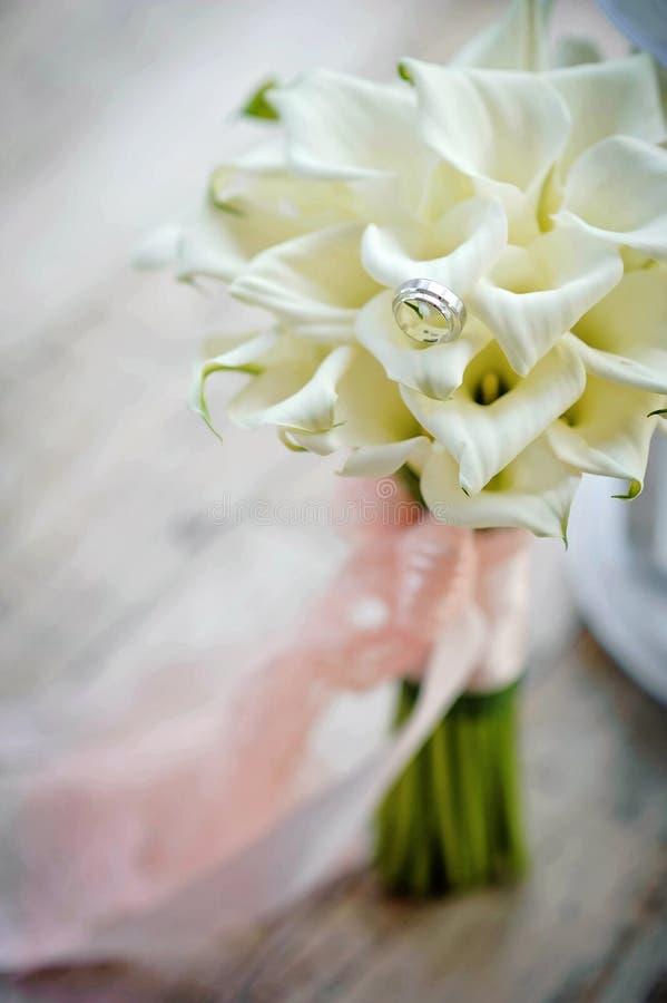 Ramo de la boda de las novias con los anillos de bodas foto de archivo libre de regalías