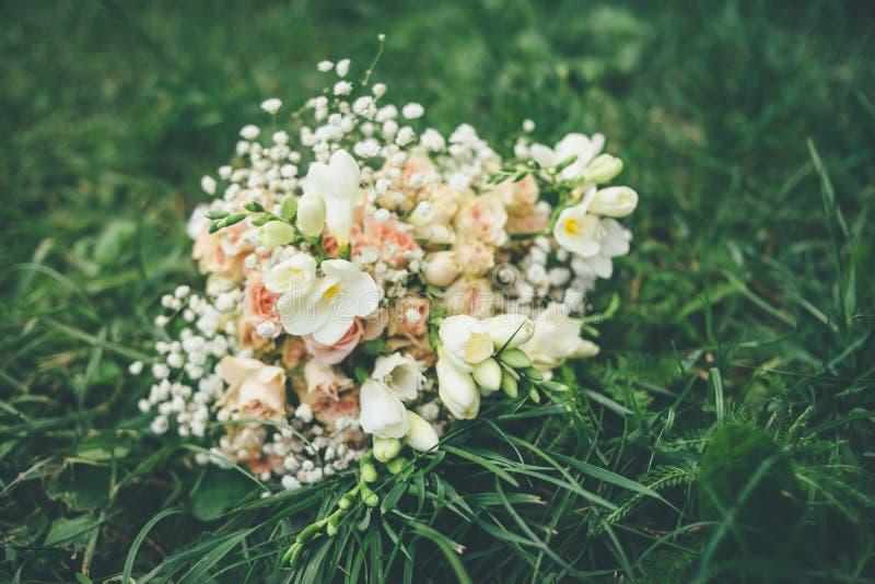 Ramo de la boda que miente en la hierba verde imagenes de archivo