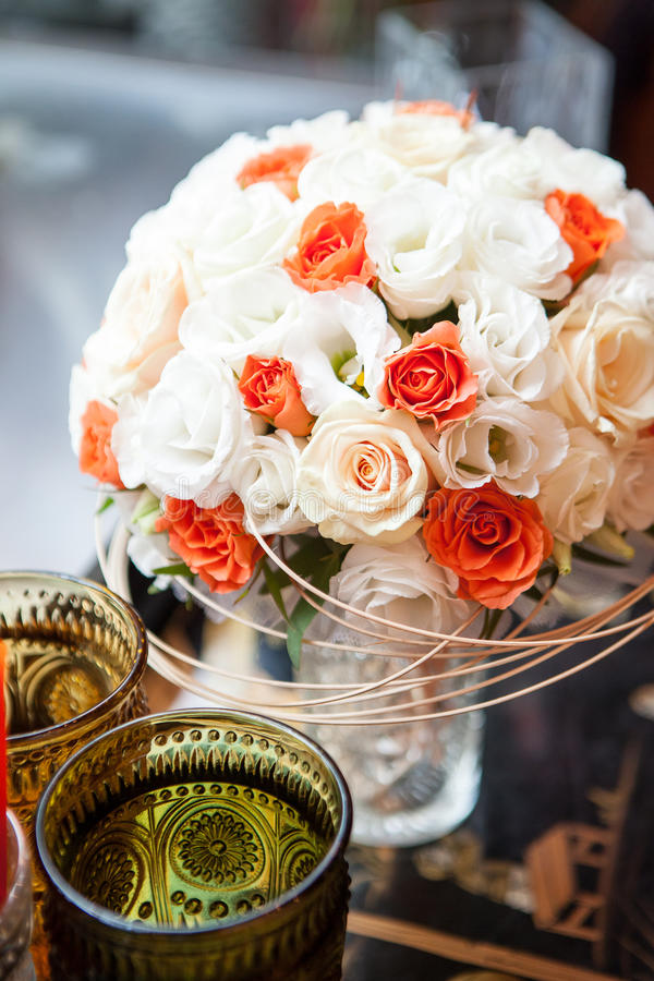 Ramo de la boda rodeado por el vidrio modelado coloreado foto de archivo