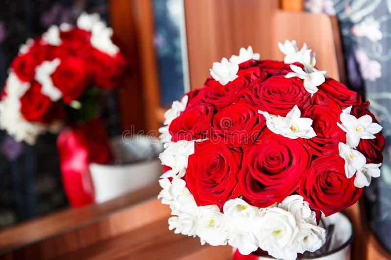 Ramo de la boda de rosas blancas y rojas foto de archivo libre de regalías