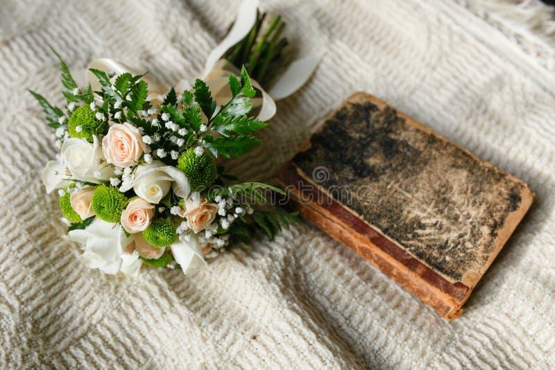 Ramo de la boda y libro viejo imagenes de archivo