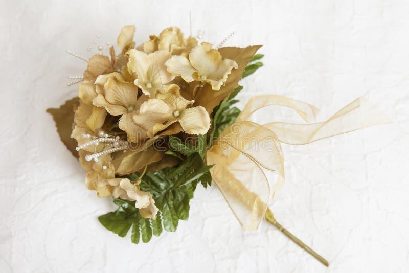 Ramo de la flor artificial de la dama de honor imagenes de archivo