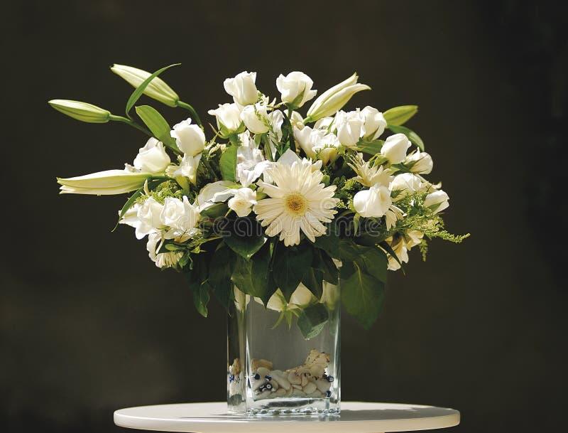 Ramo de la flor blanca en florero imagenes de archivo