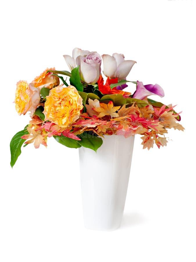 Ramo de la flor del otoño en el florero aislado fotografía de archivo libre de regalías