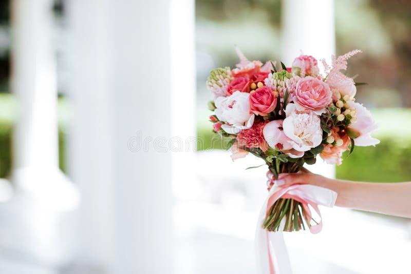 Ramo de la flor en mano de la mujer fotos de archivo libres de regalías