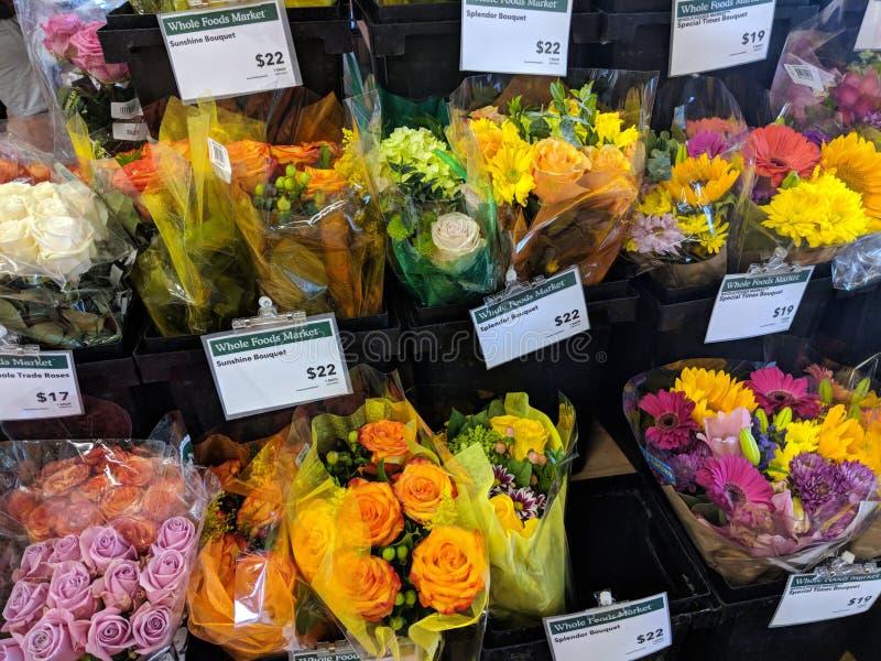 Ramo de la flor en venta dentro del mercado de Whole Foods imágenes de archivo libres de regalías