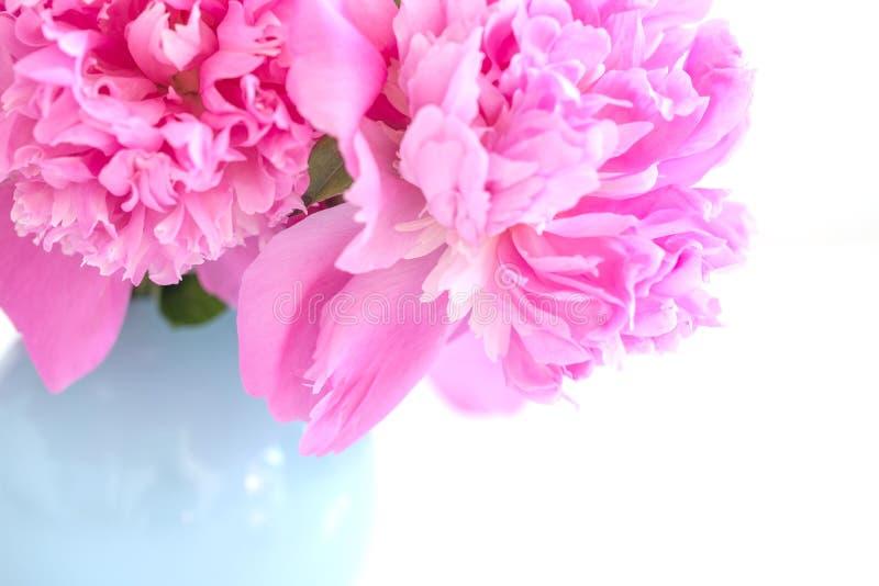 Ramo de la peonía en florero de cristal azul fotos de archivo libres de regalías
