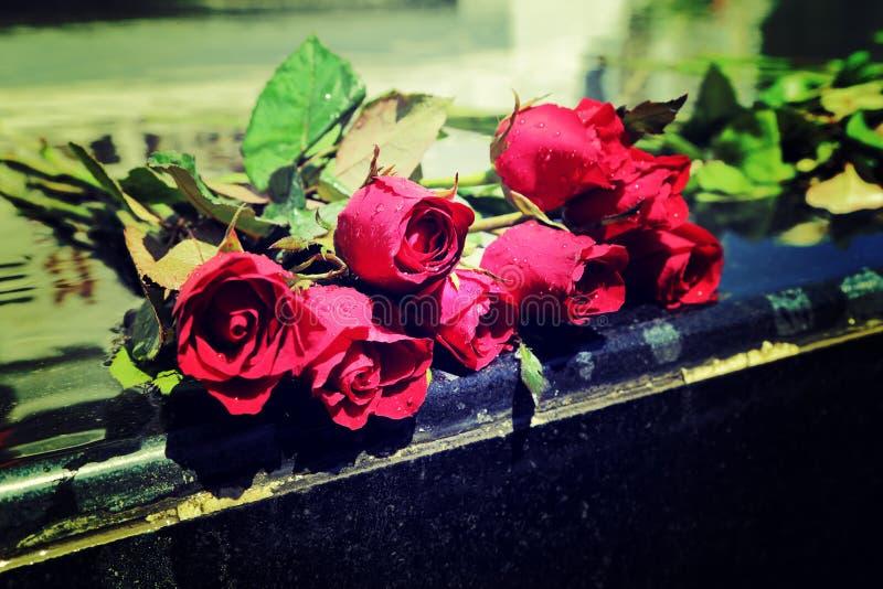 Ramo de la rosa del rojo que pone en la capilla mable, proceso del estilo del vintage foto de archivo libre de regalías