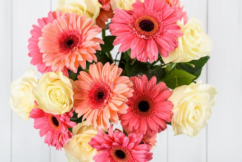 Ramo de las flores rosadas del Gerbera y de las rosas blancas imágenes de archivo libres de regalías
