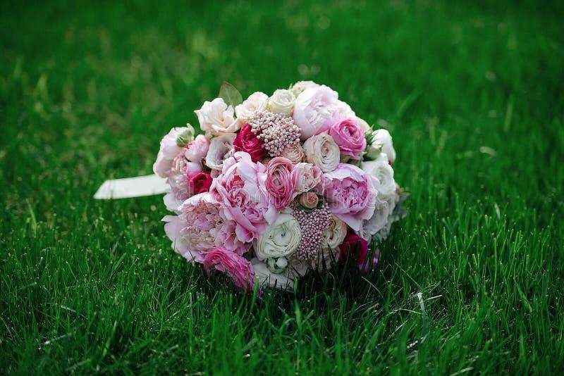 Ramo de novia en hierba imagen de archivo