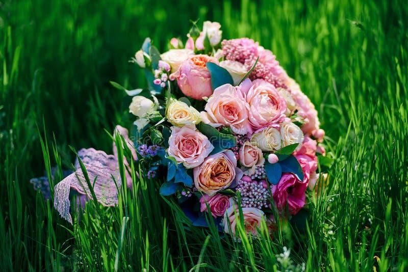 Ramo de novia en hierba foto de archivo libre de regalías