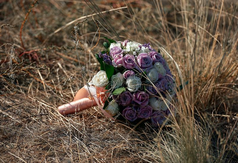 Ramo de novia en hierba foto de archivo