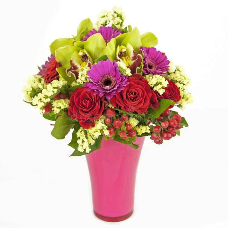 Ramo de orquídeas, de rosas y de gerberas en el florero aislado en blanco foto de archivo libre de regalías