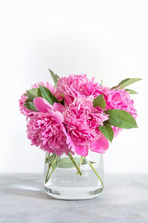 Ramo de peonía rosada en el florero para el texto en blanco Interior fotografía de archivo libre de regalías