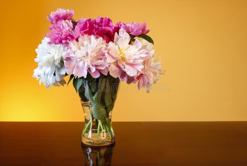 Ramo de peonías en el florero de cristal imagenes de archivo