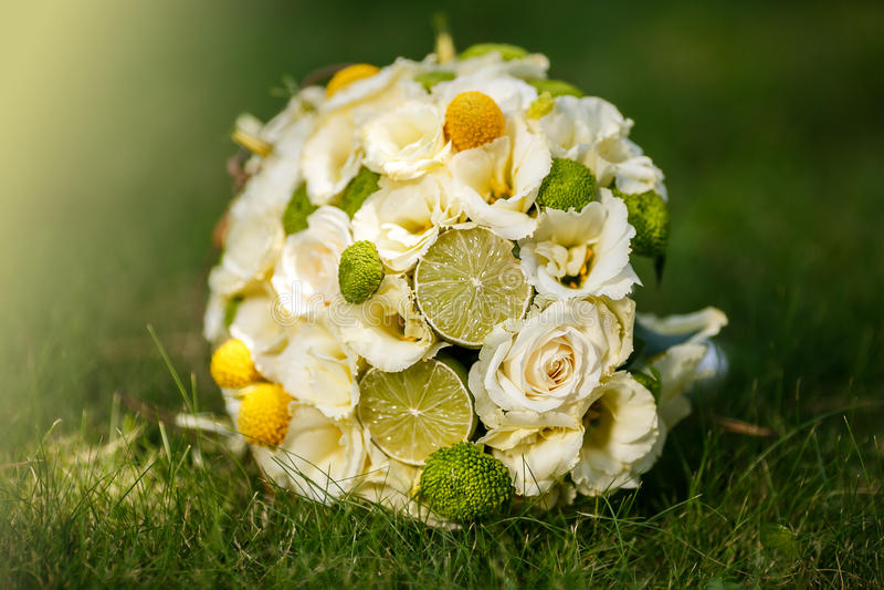 Ramo de rosas beige, canela, un limón, una cal de la boda fotografía de archivo
