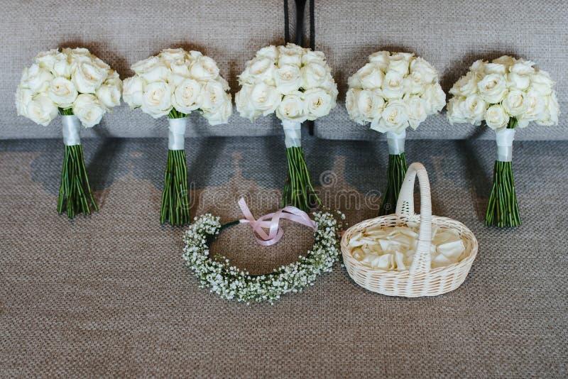 ramo de 5 rosas blancas con la corona de la flor y la cesta de pétalos color de rosa imágenes de archivo libres de regalías