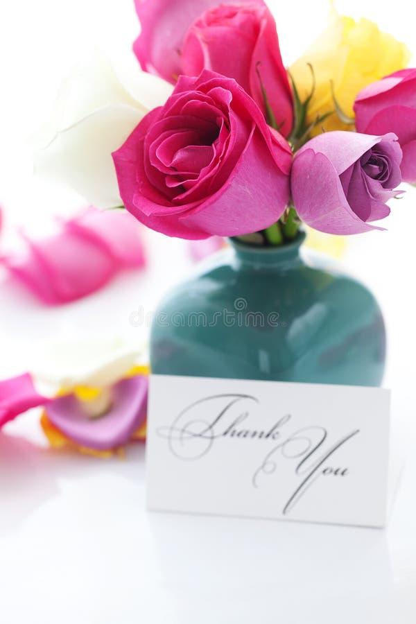 Ramo de rosas coloridas en florero, pétalos y tarjeta imágenes de archivo libres de regalías