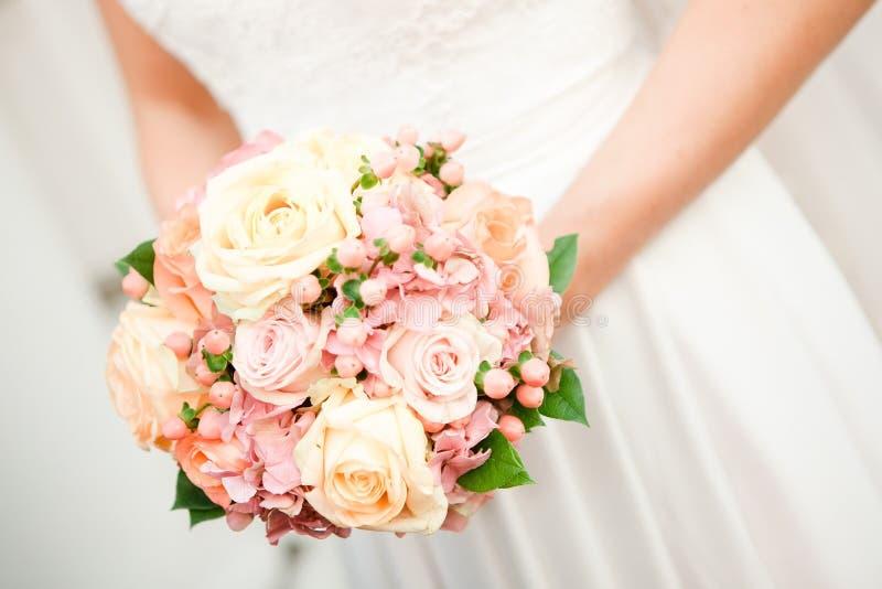 Ramo de rosas en foco bajo imágenes de archivo libres de regalías