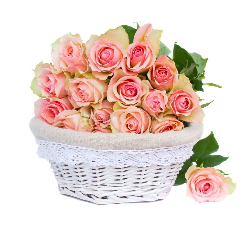 Ramo de rosas rosadas en cesta imágenes de archivo libres de regalías