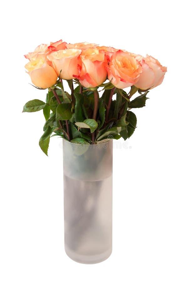 Ramo de rosas rosadas en el florero de cristal aislado en blanco fotografía de archivo