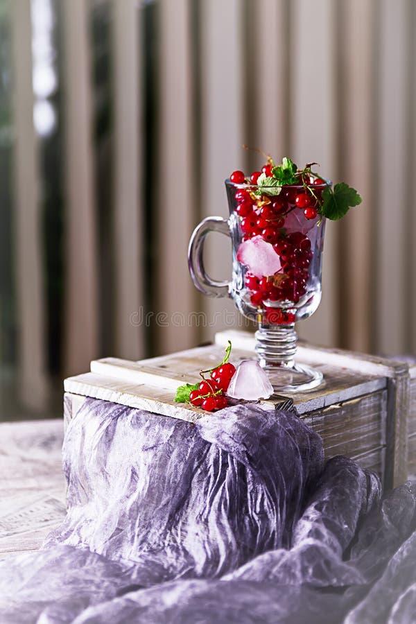 Ramo de rosas rosadas en la tabla imagen de archivo libre de regalías