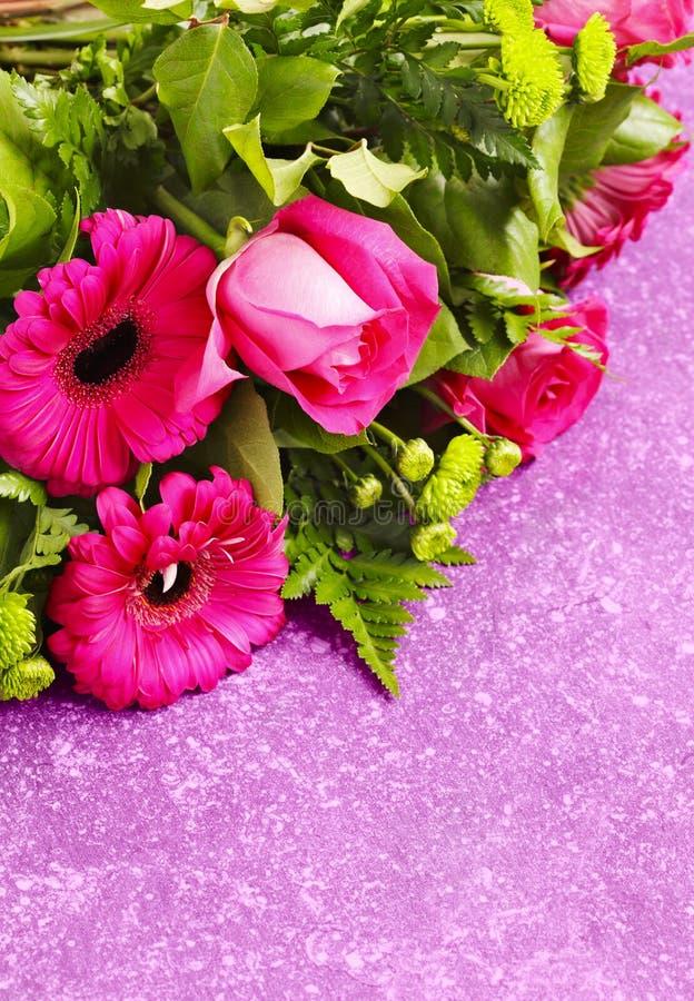 Ramo de rosas y de gerbers rosados fotos de archivo