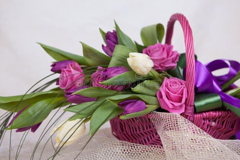 Ramo de rosas y de tulipanes imagen de archivo libre de regalías
