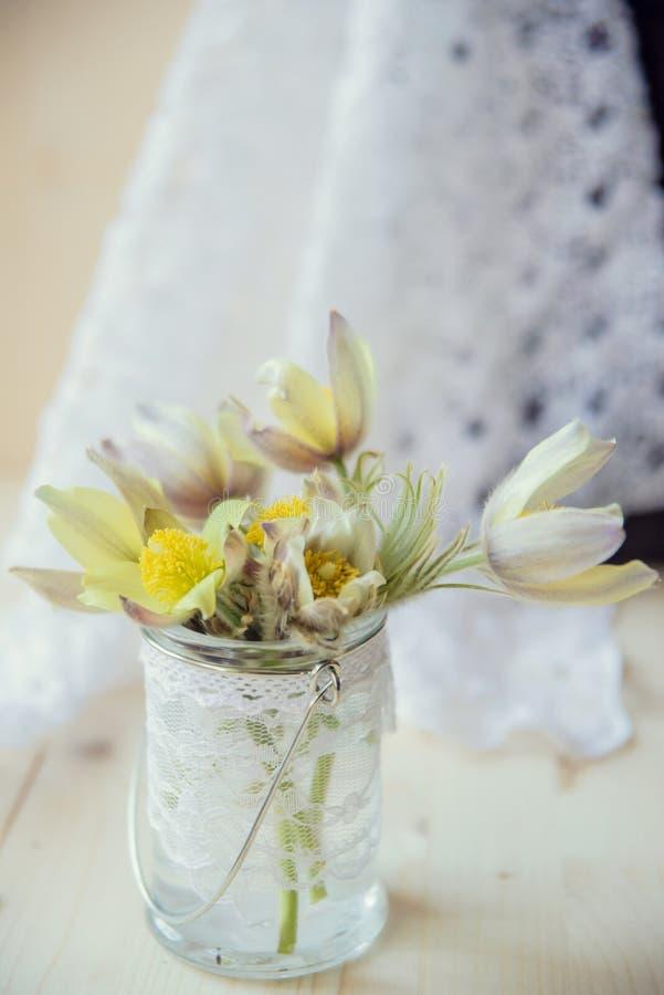Ramo de snowdrops en fondo de piedra gris con el espacio de la copia para el mensaje Primeras flores del resorte Tarjeta de felic fotos de archivo