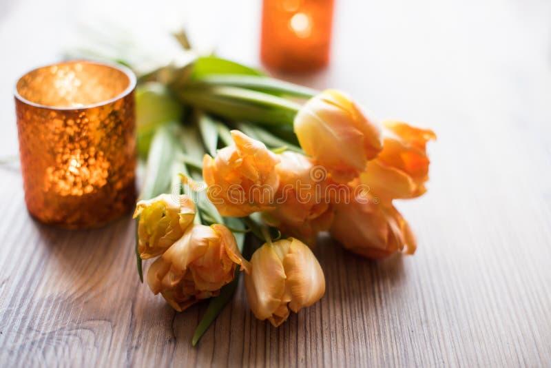 Ramo de tulipanes anaranjados de la primavera fotos de archivo libres de regalías