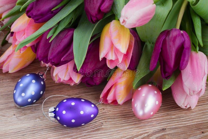 Ramo de tulipanes con los huevos foto de archivo libre de regalías