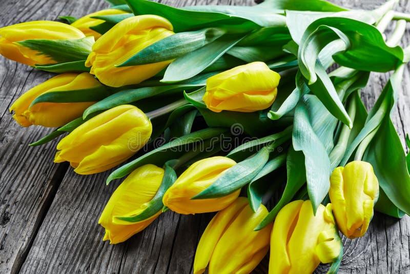 Ramo de tulipanes frescos del color amarillo, primer foto de archivo