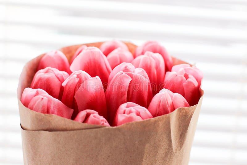 Ramo de tulipanes frescos rosados Tarjeta de felicitación foto moderna imágenes de archivo libres de regalías