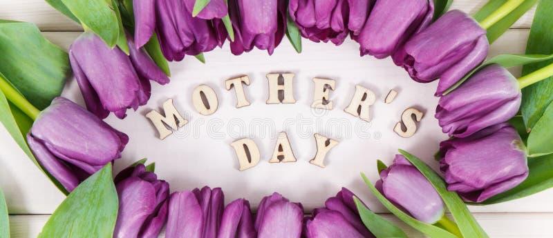 Ramo de tulipanes p?rpuras para el d?a del ` s de la madre en tableros imágenes de archivo libres de regalías