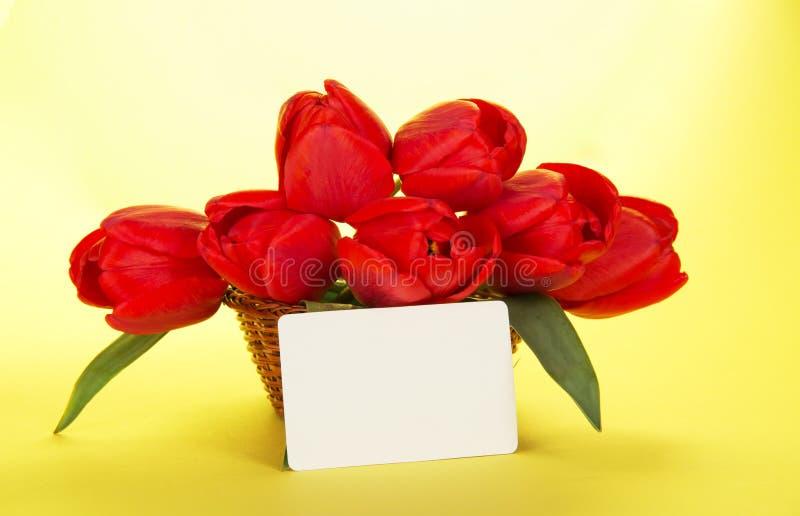 Download Ramo De Tulipanes Rojos En Cesta Y La Tarjeta Blanca Foto de archivo - Imagen de acontecimiento, holiday: 41918776