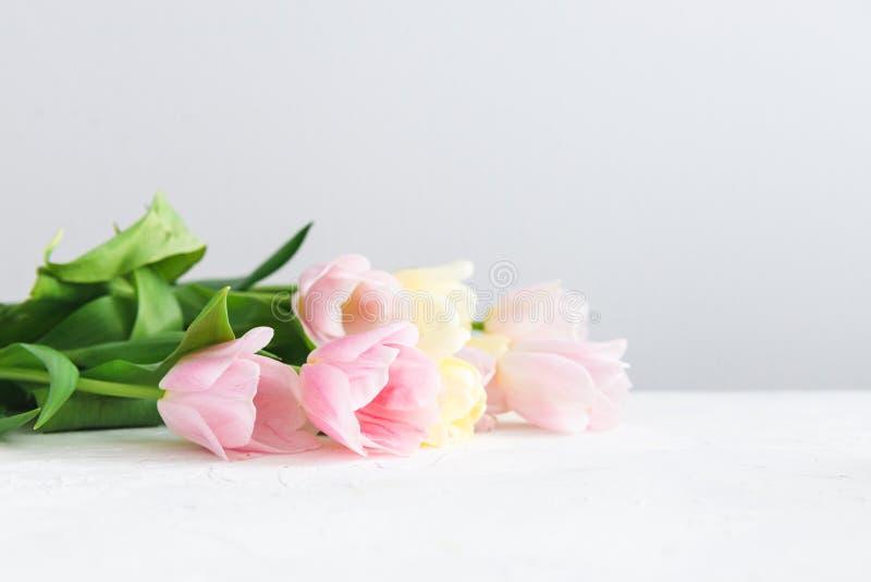 Ramo de tulipanes rosados en el fondo blanco Vista lateral, espacio de la copia Tarjeta del resorte fotos de archivo