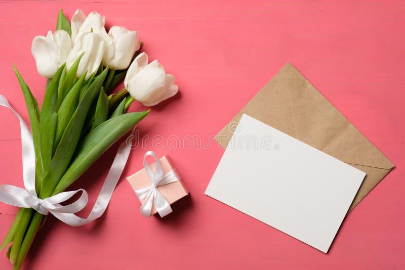 Ramo de tulipanes y de tarjeta en blanco fotos de archivo libres de regalías