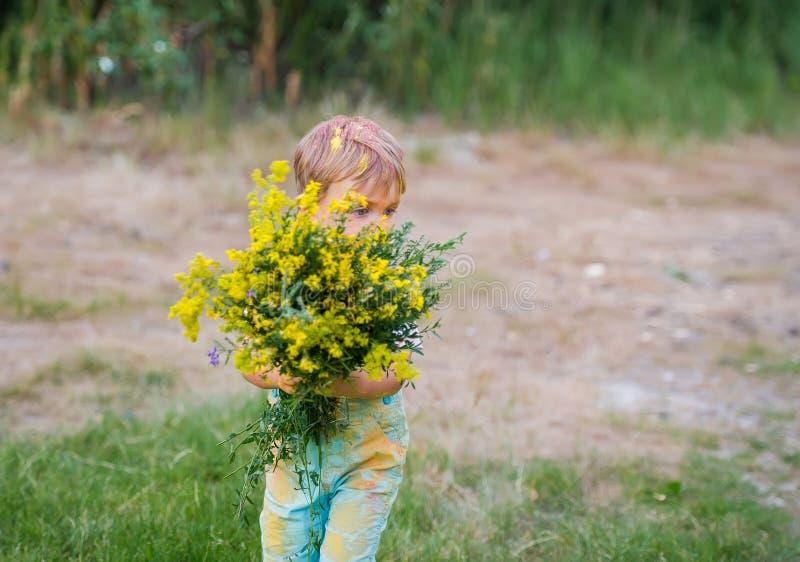 Ramo de wildflowers amarillos para la madre querida fotografía de archivo